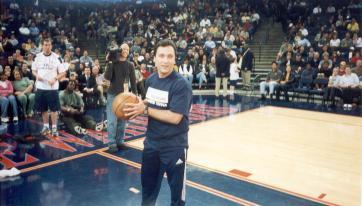 """2001, num jogo dos Golden State Warriors, perante mais de 16 mil pessoas, tentando converter uns cestos num """"time-out"""""""