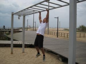 Paulo Sena fazendo elevações com pega em pronação